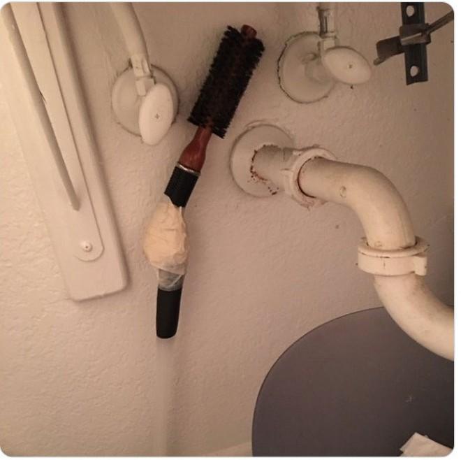 Kiểm tra phòng tắm của bạn trai, tá hỏa trước mấy món đồ kì cục 001