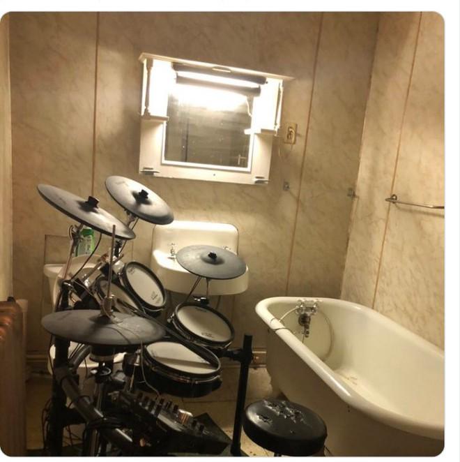 Kiểm tra phòng tắm của bạn trai, tá hỏa trước mấy món đồ kì cục 0010