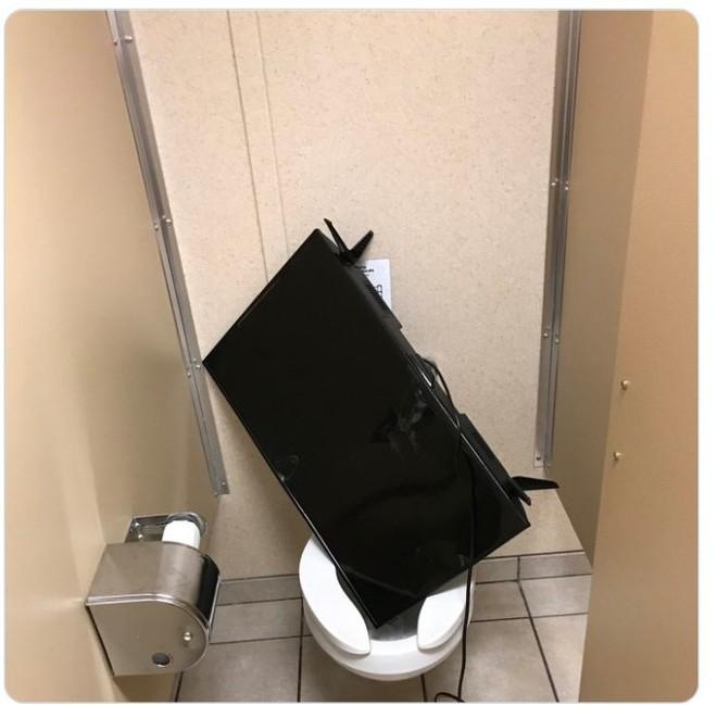 Kiểm tra phòng tắm của bạn trai, tá hỏa trước mấy món đồ kì cục 0013