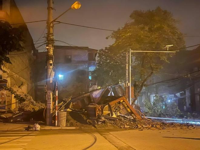 Cận cảnh căn nhà 3 tầng đổ sập trong đêm ở Lào Cai - Ảnh 2.