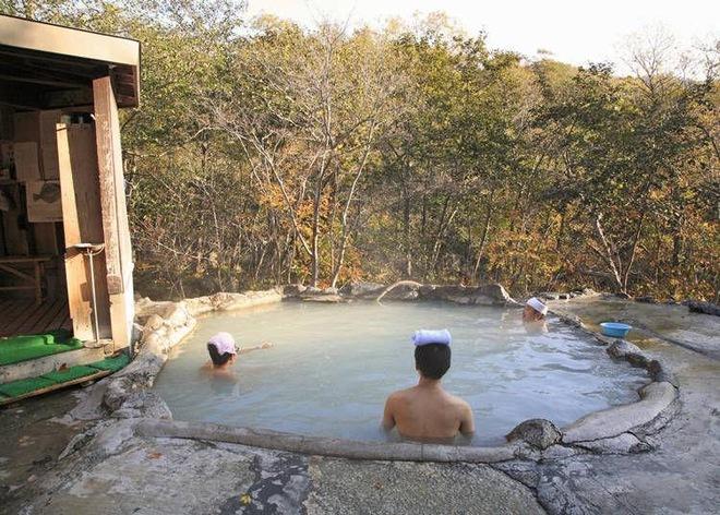 Tắm khỏa thân trước người lạ: Cú sốc làm choáng người nước ngoài, dân Nhật lại thấy bình thường thôi - Ảnh 2.