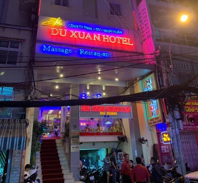Bắt giam quản lý nhà hàng kiêm tú ông môi giới mại dâm ở Sài Gòn - Ảnh 1.