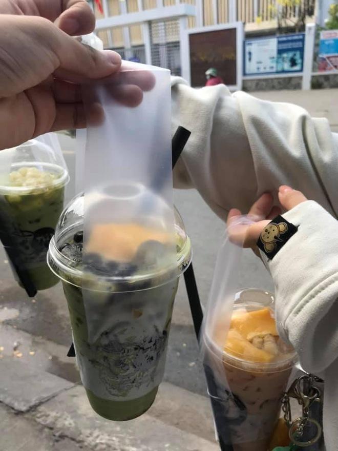 2 nữ sinh đang đợi mua trà sữa, sự xuất hiện và câu nói của thầy giáo với người bán hàng khiến họ đứng hình 5 giây - Ảnh 3.