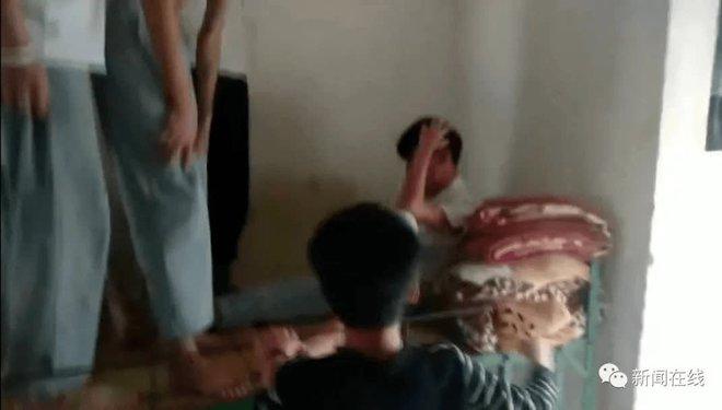 Nhóm nam sinh cấp 2 bạo hành bạn cùng phòng, cảnh tượng ghi lại được khiến dư luận không khỏi phẫn nộ - Ảnh 1.