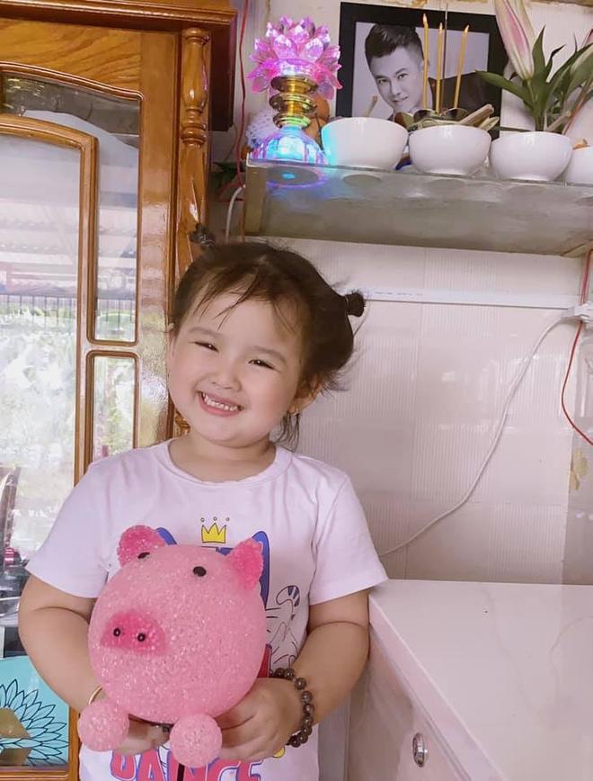 Con gái nhỏ ôm kỉ vật của Vân Quang Long, vợ 2 cầu xin một nữ ca sĩ thực hiện điều này - Ảnh 1.