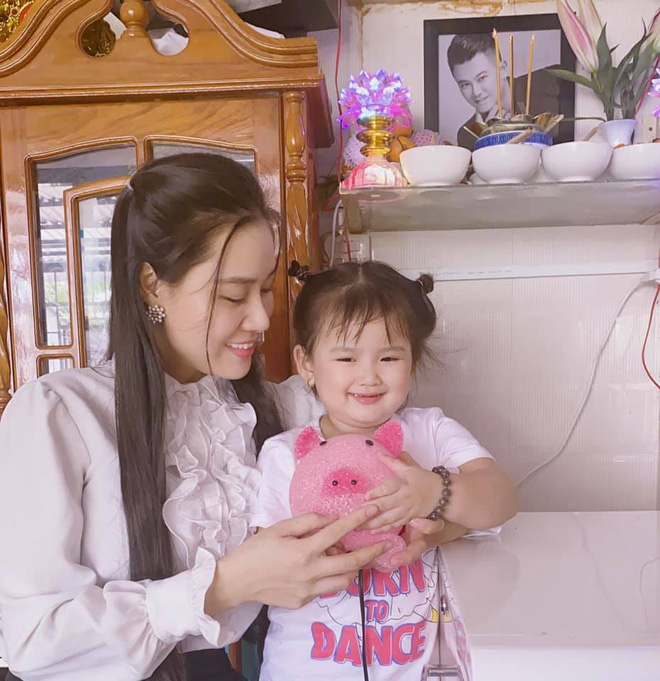 Con gái nhỏ ôm kỉ vật của Vân Quang Long, vợ 2 cầu xin một nữ ca sĩ thực hiện điều này - Ảnh 4.