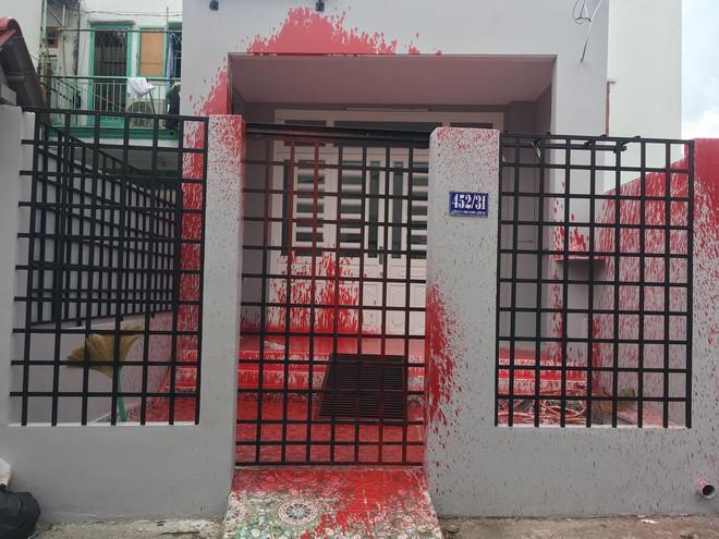 Mới mua nhà khoảng 1 tháng, 2 lần bị khủng bố bằng sơn đỏ - Ảnh 1.