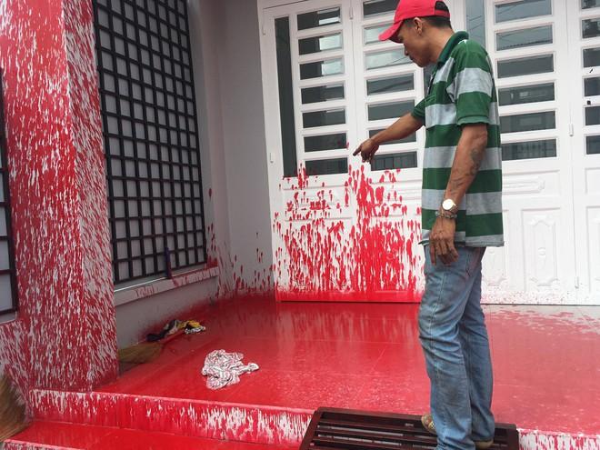 Mới mua nhà khoảng 1 tháng, 2 lần bị khủng bố bằng sơn đỏ - Ảnh 2.