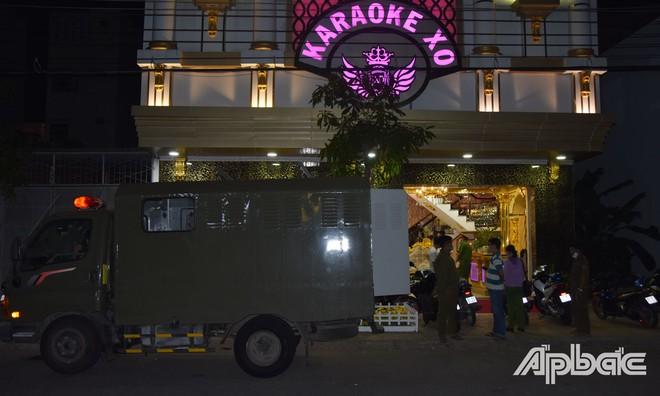 Sau vụ nổ súng kinh hoàng, karaoke XO tiếp tục có biến, hàng chục đôi nam, nữ bị bắt đêm qua - Ảnh 1.