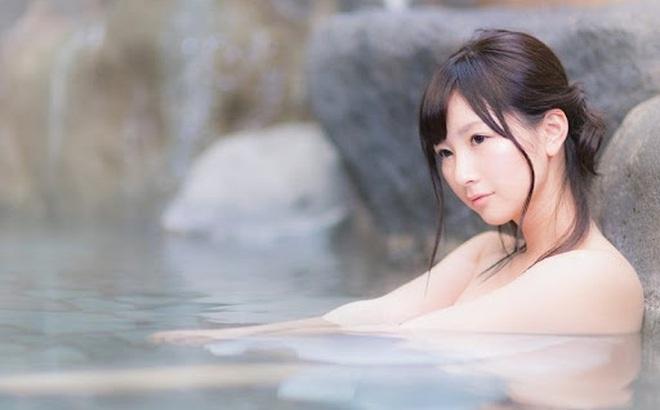 """Tắm khỏa thân trước người lạ: Cú sốc làm """"choáng"""" người nước ngoài, dân Nhật lại thấy """"bình thường thôi"""""""