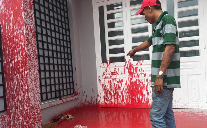 """Mới mua nhà khoảng 1 tháng, 2 lần bị """"khủng bố"""" bằng sơn đỏ"""