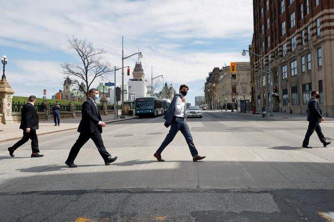 24h qua ảnh: Thủ tướng Canada đi bộ như dân thường trên đường phố - Ảnh 3.