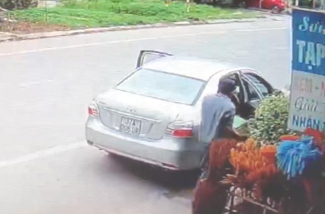 Phẫn nộ người đàn ông lái ô tô vào quán tạp hóa cướp 2 két bia, đâm ngã con chủ quán khi bị chặn - Ảnh 2.