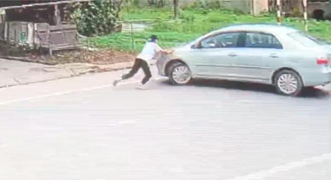 Phẫn nộ người đàn ông lái ô tô vào quán tạp hóa cướp 2 két bia, đâm ngã con chủ quán khi bị chặn - Ảnh 3.