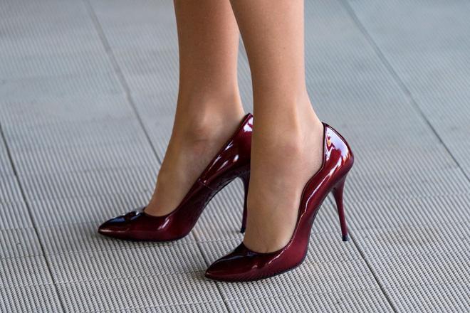 Sáng xỏ giày cũ đi làm, chiều về thấy có gì đó kỳ lạ, cô gái cúi xuống rồi ngỡ ngàng với thứ nhìn thấy - Ảnh 1.