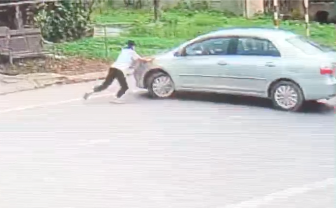 """Phẫn nộ người đàn ông lái ô tô vào quán tạp hóa """"cướp"""" 2 két bia, đâm ngã con chủ quán khi bị chặn"""