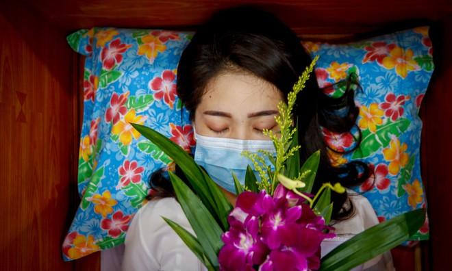 24h qua ảnh: Cô gái nằm trong quan tài trong lễ tang sống - Ảnh 2.