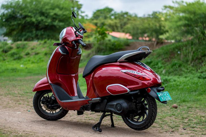 Bajaj Chetak sử dụng động cơ 4,1 kW với công suất lên tới 5,5 mã lực. Xe còn có 2 chế độ lái là Eco và Sport. Với chế độ Eco có thể chạy quãng đường lên đến 95 km mỗi lần sạc.
