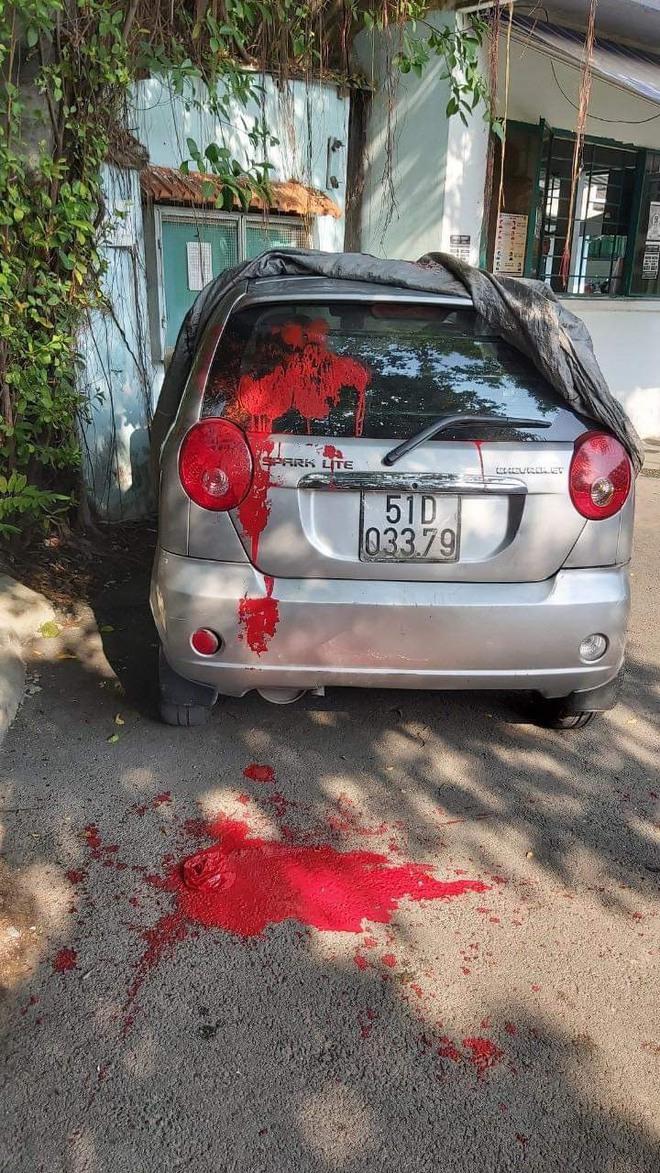 Xe ô tô của cán bộ cơ sở cai nghiện Bình Triệu bị đánh trong cuộc họp bị tạt sơn - Ảnh 2.