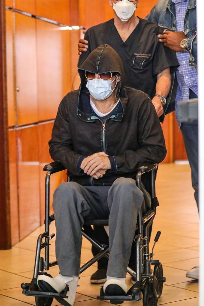 Xôn xao hình ảnh nam thần Hollywood Brad Pitt phải ngồi xe lăn, dáng vẻ tiều tụy, suy sụp - Ảnh 1.