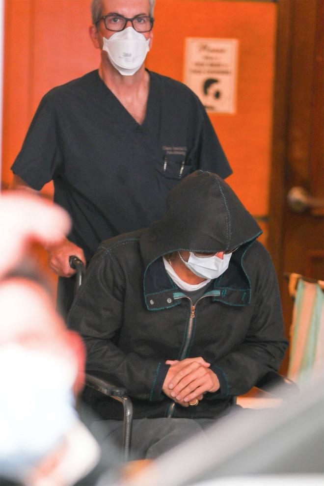 Xôn xao hình ảnh nam thần Hollywood Brad Pitt phải ngồi xe lăn, dáng vẻ tiều tụy, suy sụp - Ảnh 3.
