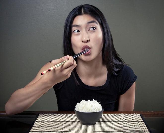 Tiến sĩ dinh dưỡng: Hãy dừng ngay việc nhịn tinh bột để giảm cân, đây mới là chìa khóa để thon gọn! - Ảnh 2.