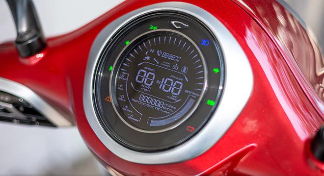 Xe gồm có hệ thống đèn chiếu sáng dạng LED, đồng hồ đo tốc độ dạng kĩ thuật số có thiết kế hiện đại, dễ theo dõi các thông số, có thể kết nối bluetooth. (Nguồn ảnh: bikedekho)