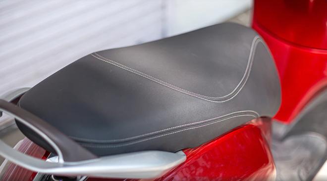 Ưu điểm của xe là được trang bị hộc đựng đồ ở phía trước, cốp đựng đồ với dung tích tương đối rộng rãi. (Nguồn ảnh: bikedekho)