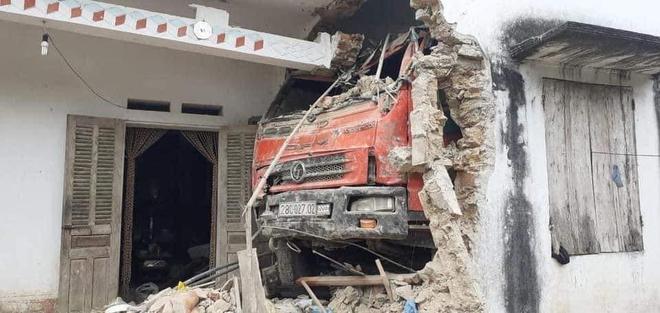 Ô tô tải đâm xuyên qua vườn, qua tường nhà dân - hiện trường khiến tất cả hoảng sợ - Ảnh 1.
