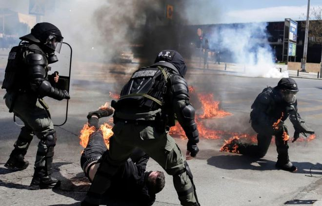 24h qua ảnh: Cảnh sát bị bắt lửa trong cuộc biểu tình ở Hy Lạp - Ảnh 2.