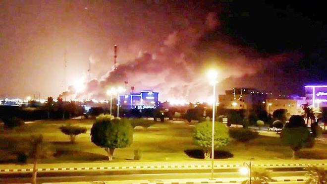 NÓNG: Houthi tấn công kinh hoàng - Nhà máy lọc dầu Saudi cháy nổ dữ dội, hệ thống Patriot bị hủy diệt - Ảnh 3.
