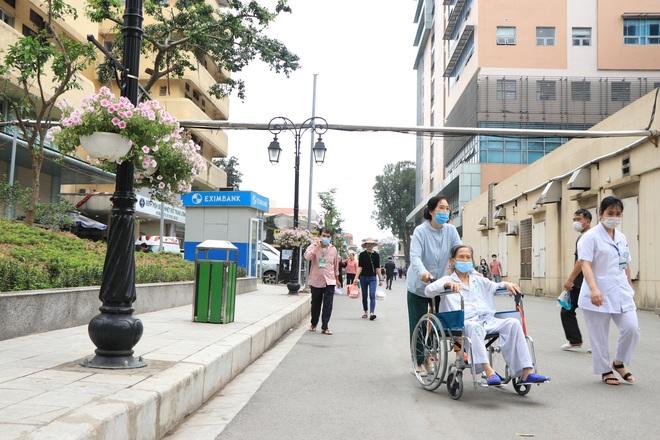 Sau những lùm xùm ở Bệnh viện Bạch Mai, bệnh nhân lại mừng ra mặt...! - Ảnh 11.