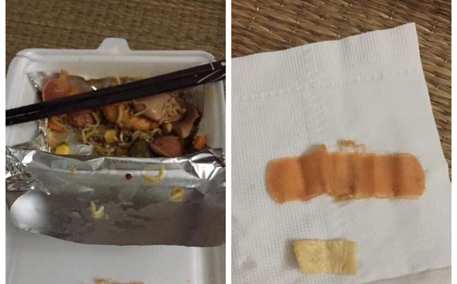 """Đang ăn mì trộn, cặp vợ chồng tái mặt vì vật thể lạ xuất hiện: """"Cắn mãi không nát"""""""