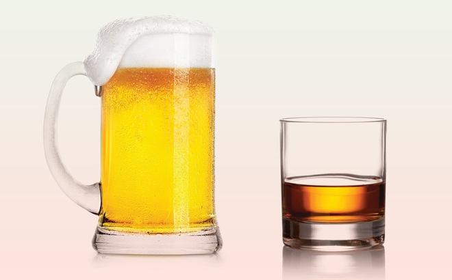 Sự khác biệt giữa rượu và bia sau khi uống dài ngày: Nên uống loại nào đỡ hại hơn, cách uống ra sao?
