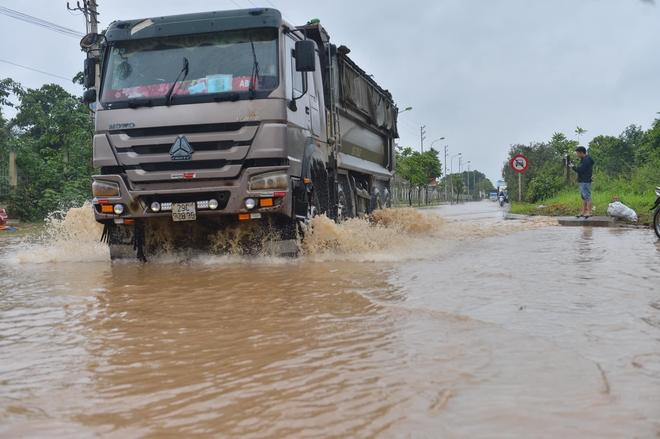 [Ảnh] Đường gom Đại lộ Thăng Long ở Hà Nội chìm trong biển nước sau trận mưa lớn đầu mùa - Ảnh 8.