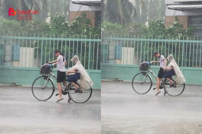 Hình ảnh chị gái vật lộn đèo em giữa trời mưa khiến ai nấy xúc động! - Ảnh 1.