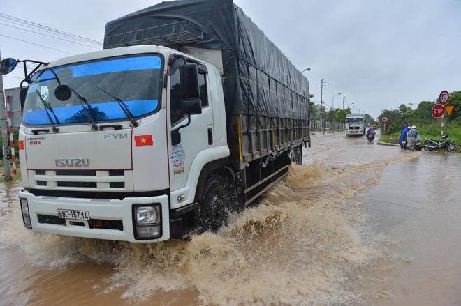 [Ảnh] Đường gom Đại lộ Thăng Long ở Hà Nội chìm trong biển nước sau trận mưa lớn đầu mùa - Ảnh 2.