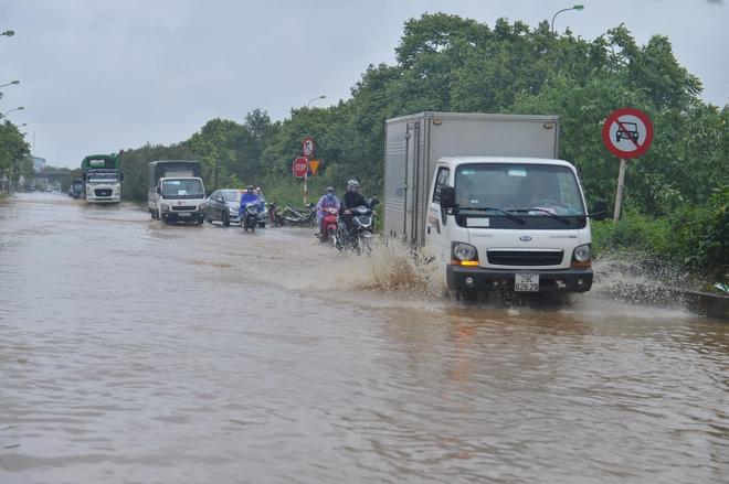 [Ảnh] Đường gom Đại lộ Thăng Long ở Hà Nội chìm trong biển nước sau trận mưa lớn đầu mùa - Ảnh 1.