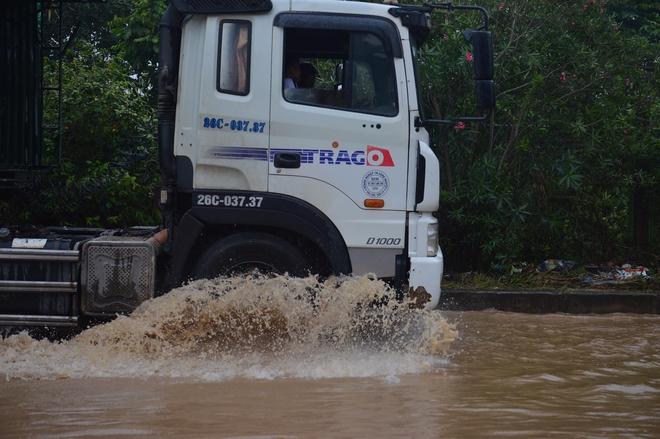 [Ảnh] Đường gom Đại lộ Thăng Long ở Hà Nội chìm trong biển nước sau trận mưa lớn đầu mùa - Ảnh 3.