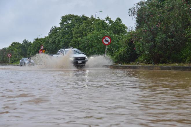 [Ảnh] Đường gom Đại lộ Thăng Long ở Hà Nội chìm trong biển nước sau trận mưa lớn đầu mùa - Ảnh 6.