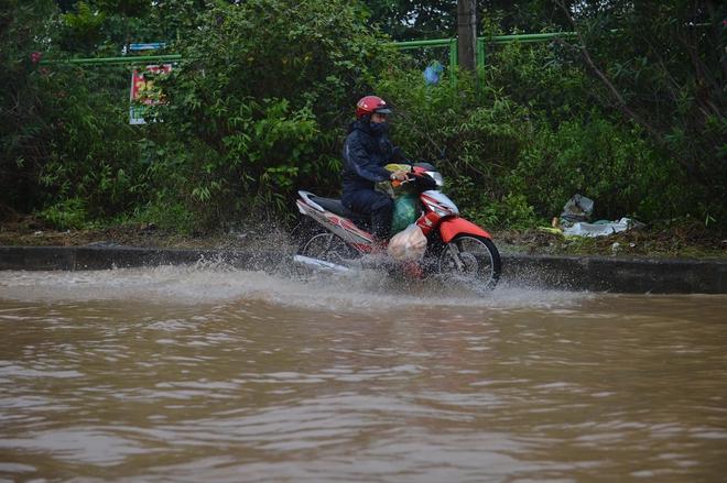 [Ảnh] Đường gom Đại lộ Thăng Long ở Hà Nội chìm trong biển nước sau trận mưa lớn đầu mùa - Ảnh 5.