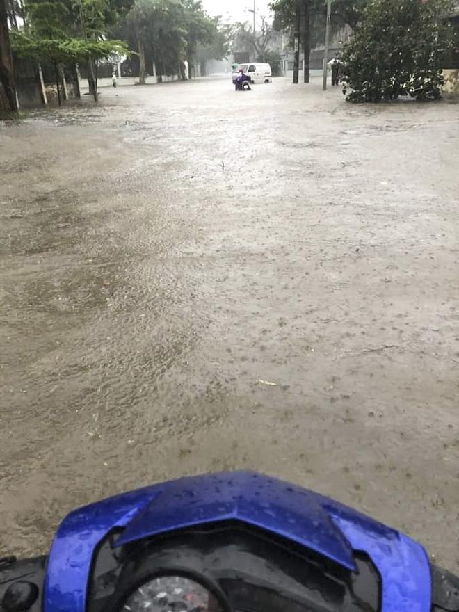 Hà Nội: Nhiều tuyến phố biến thành sông, nước ngập ngang thân người trong sáng 17/4 - Ảnh 5.