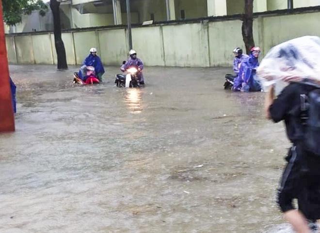 Hà Nội: Nhiều tuyến phố biến thành sông, nước ngập ngang thân người trong sáng 17/4 - Ảnh 1.