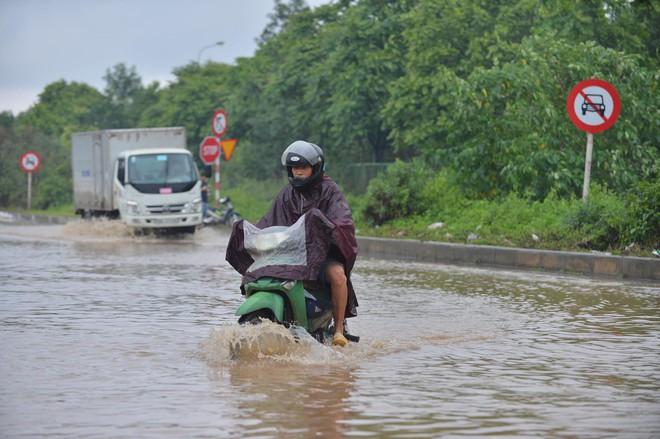 [Ảnh] Đường gom Đại lộ Thăng Long ở Hà Nội chìm trong biển nước sau trận mưa lớn đầu mùa - Ảnh 13.