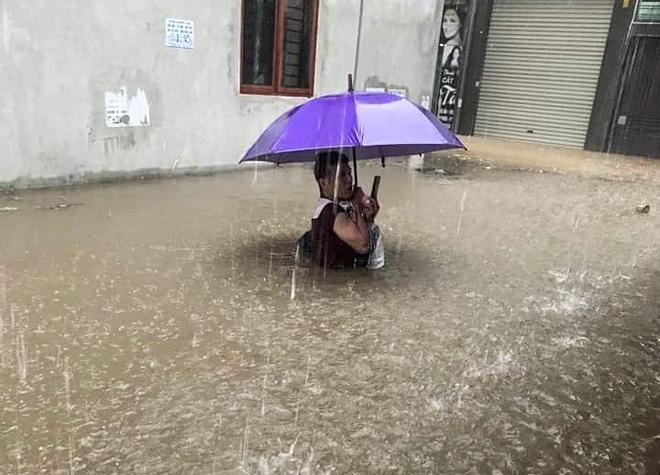 Hà Nội: Nhiều tuyến phố biến thành sông, nước ngập ngang thân người trong sáng 17/4 - Ảnh 4.
