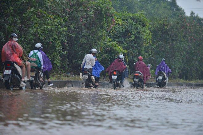 [Ảnh] Đường gom Đại lộ Thăng Long ở Hà Nội chìm trong biển nước sau trận mưa lớn đầu mùa - Ảnh 14.