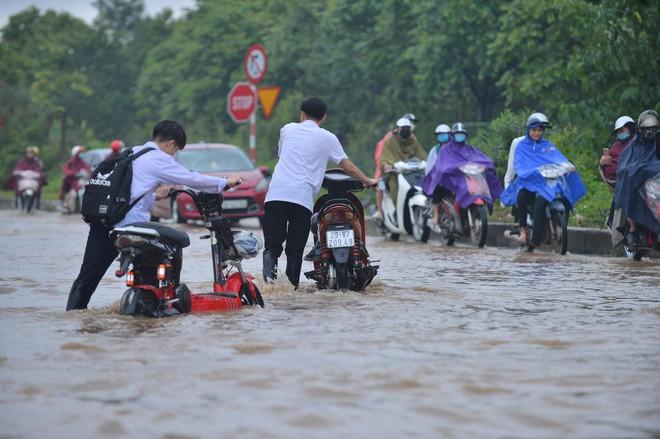 [Ảnh] Đường gom Đại lộ Thăng Long ở Hà Nội chìm trong biển nước sau trận mưa lớn đầu mùa - Ảnh 15.