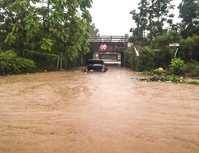 Hà Nội: Nhiều tuyến phố biến thành sông, nước ngập ngang thân người trong sáng 17/4 - Ảnh 6.