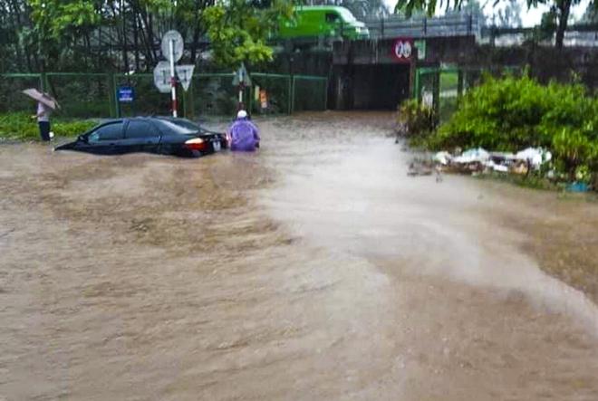 [Ảnh] Đường gom Đại lộ Thăng Long ở Hà Nội chìm trong biển nước sau trận mưa lớn đầu mùa - Ảnh 12.