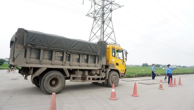 Tài xế xe quá tải gần 150% 'câu giờ' gọi điện cầu cứu khi bị xử lý - Ảnh 11.